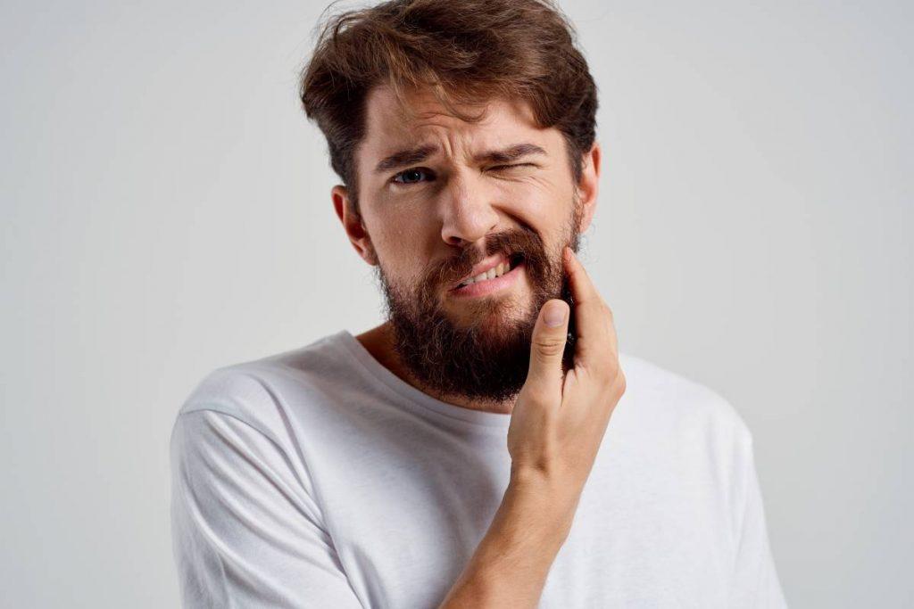 ragazzo con un problema di barba che prude e crea irritazione alla pelle