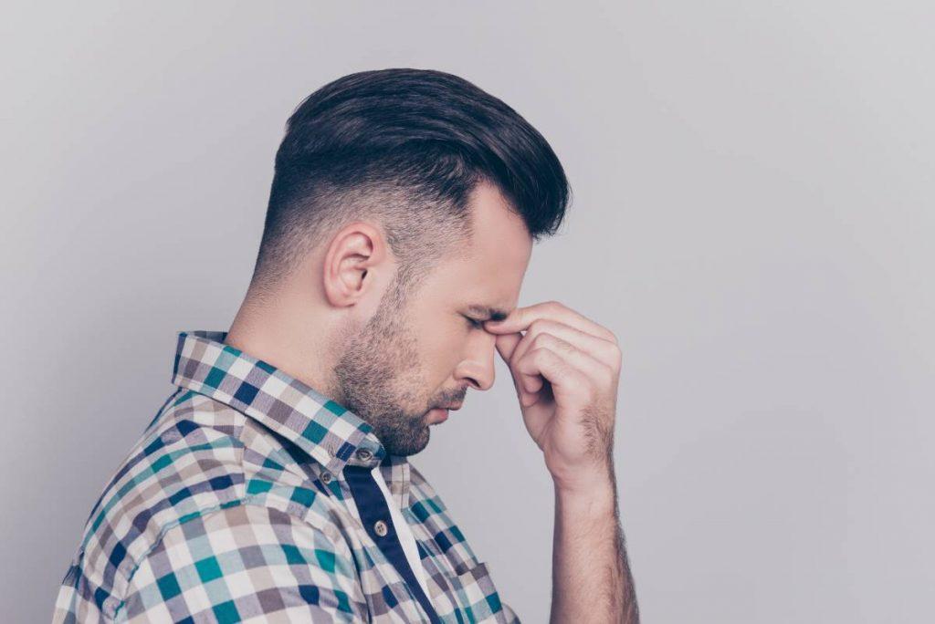 uomo che non sa come gestire la sua barba durissima e crespa
