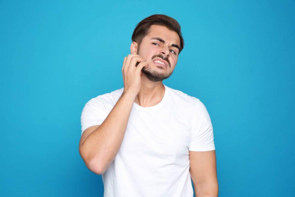 uomo con problemi di barba con forfora
