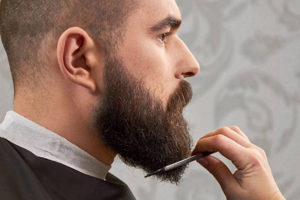 Uomo si pettina la barba con il suo pettine