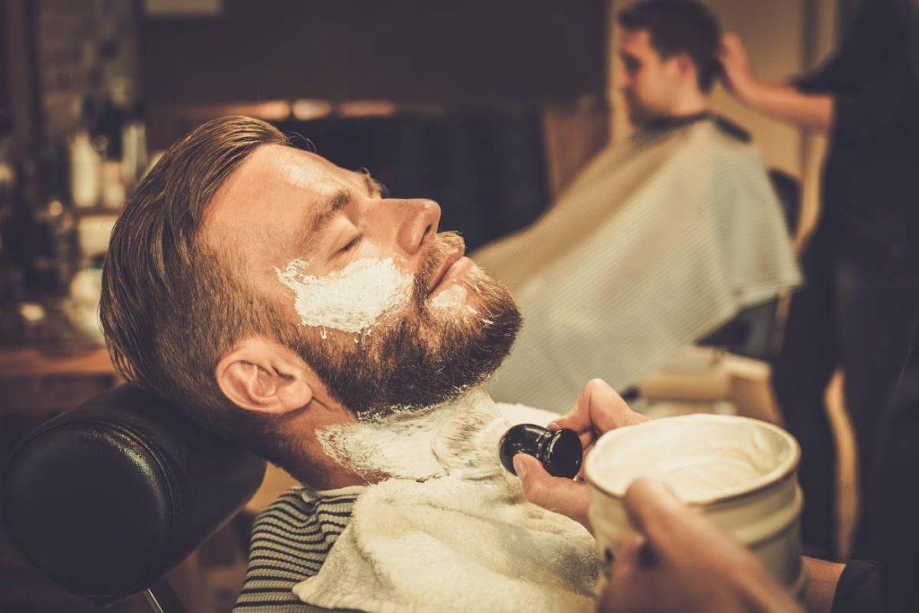 uomo si fa fare la barba con un sapone da barba inglese
