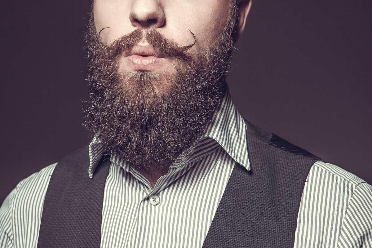 uomo utilizza i giusti prodotti per velocizzare la crescita della sua barba