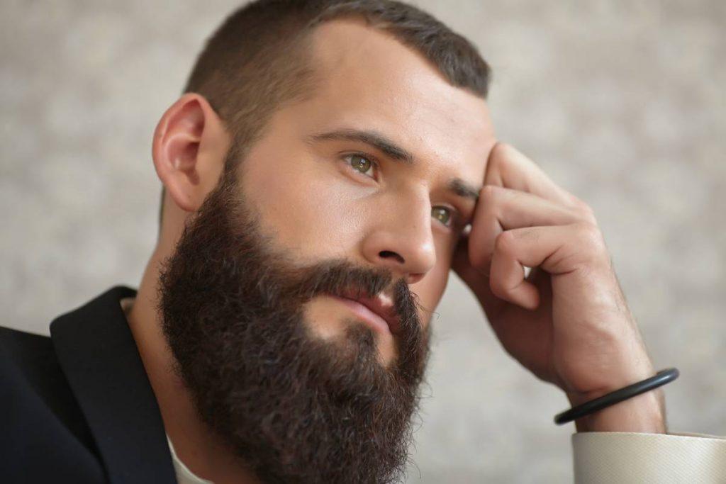 uomo con barba lunga molto curata e sistemata dal suo barbiere