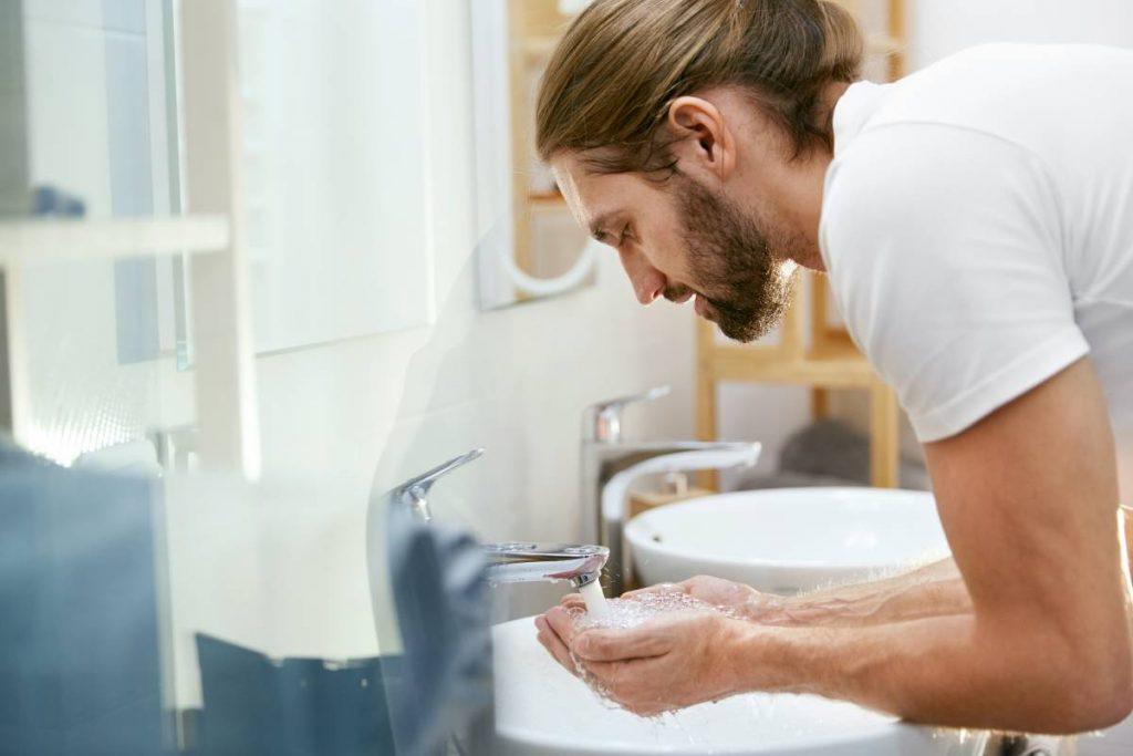 ragazzo segue una specifica routine giornaliera per ammorbidire la barba