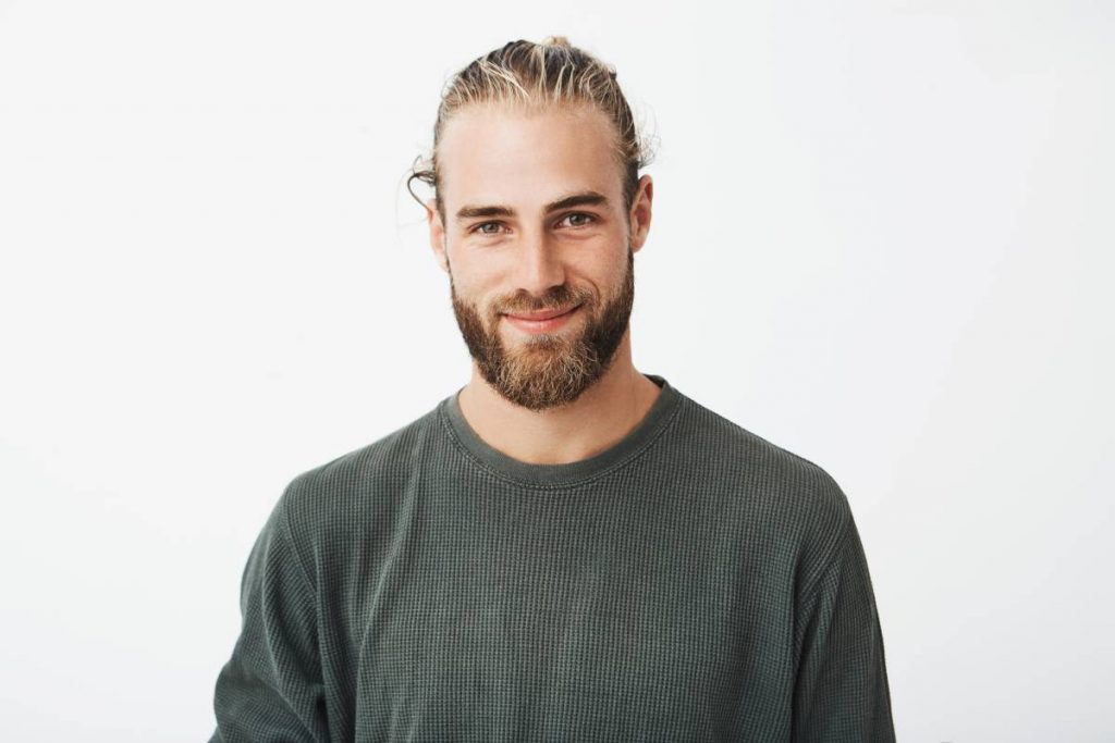uomo sorridente dal viso ovale