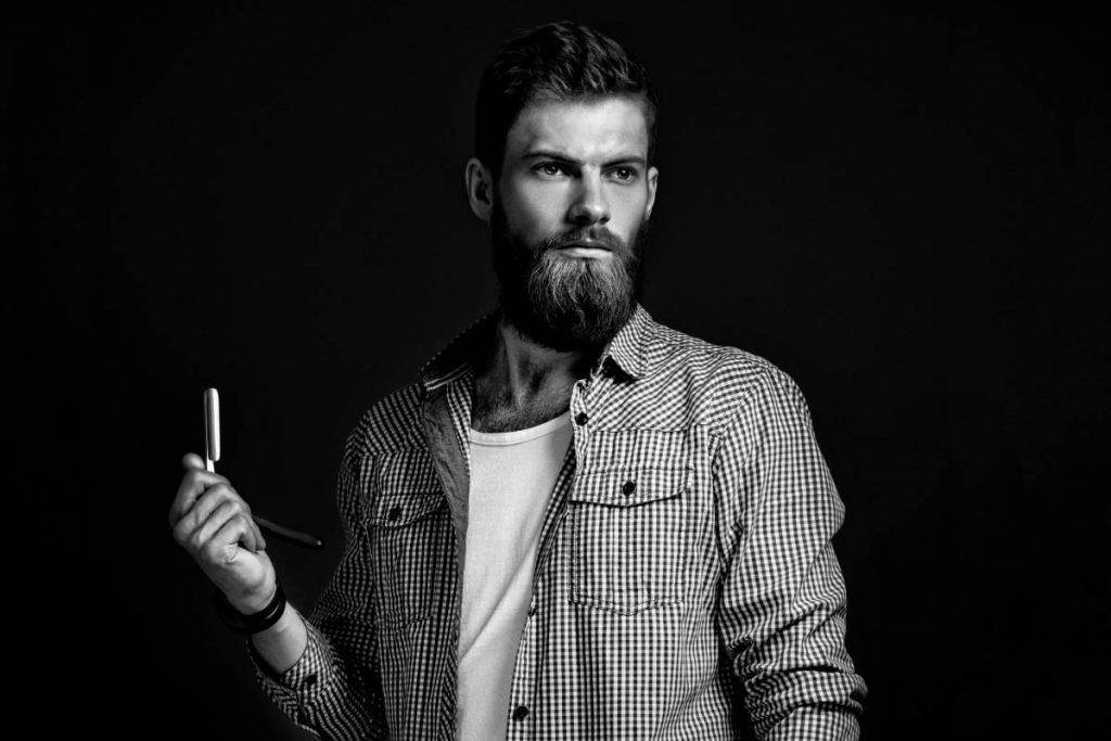 uomo utilizza un rasoio italiano per radersi
